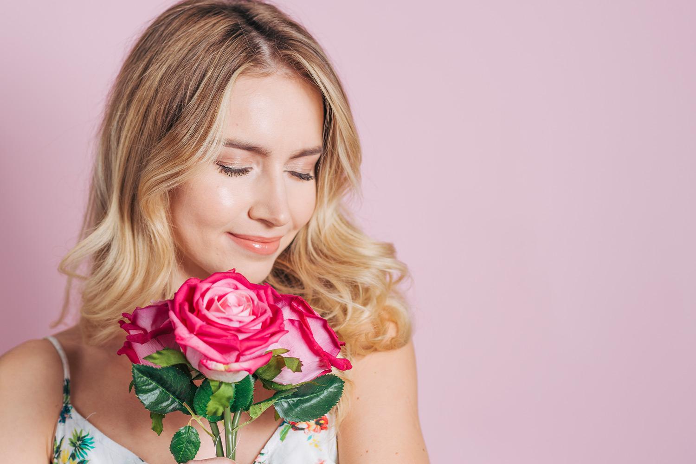 Güllerin Dikeni Yüreğini Acıttığı İçin Yorgun Düşer Kadınlar