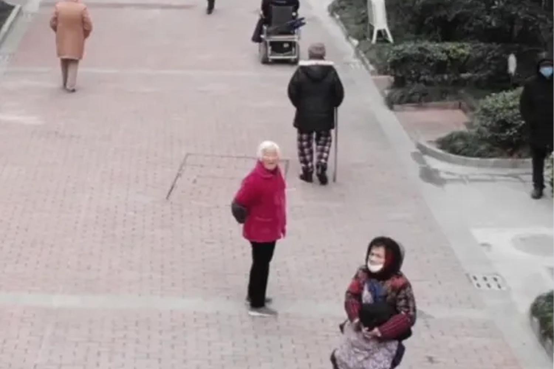 Laftan Anlamayan Yaşlıları Dronelarla Kovalayan Yetkililer