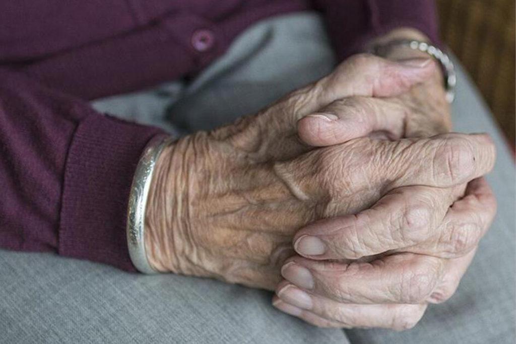 Evde Kalan Büyüklerimiz Hayatın İçinde Kalabilir mi