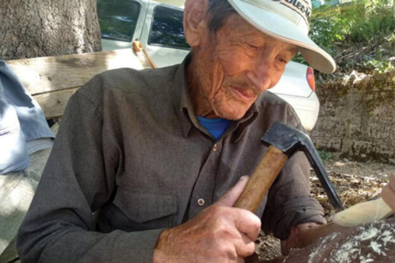 Antalya'nın Gazipaşa ilçesinde yaşayan Hasan Nuri Yiğit (86), çocukluğunda öğrendiği ağaç oyma yöntemiyle tahta kaşık yapma işini 15 yıldır sürdürüyor. Ek gelir sağlayan Yiğit, günde 5-10 kaşık yaptığını ve boyutuna göre tanesini 5- 10 liradan sattığını söyledi.