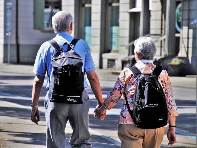 Yaşlılıkta psikolojiyi bozan nedenler Psikiyatrist Yrd.Doç.Dr. Rıdvan Üney, yaşlılıkta psikolojiyi bozan nedenleri şöyle sıraladı: Fiziksel hastalıkların fazlalığı nedeniyle çekilen sıkıntı. Duymada ve görmede kayıplar nedeniyle etrafı algılamaktaki zorluklar. Hareketliliğin azalması nedeniyle bağımsız hareket etme koşullarının azalması. Yaş itibarı ile daha çok ölüm yaşaması, eş ve yakılarının kaybı. Unutkanlık ve bunun neden olduğu psikolojik sorunlar