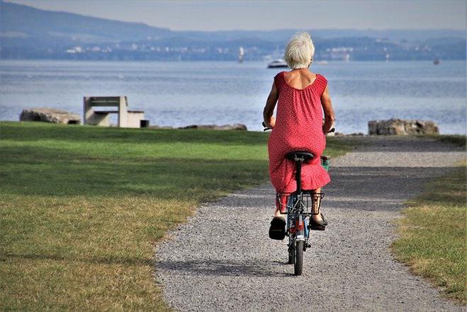Bunu unutkanlık, yeni şeyleri öğrenmede zorluklar izleyebilir. Yaşlanma durumuna uyum sağlamak önemli. Günümüzde insan ömrü, ilaçların bulunması, birçok hastalığın çeşitli yöntemlerle tedavisi, çeşitli estetik yöntemler ve fiziksel aktivitenin ve egzersizin daha dikkatli yapılması ile uzadı. Türkiye'de yaşam süresi; 1960'larda ortalama 48 iken, günümüzde 72 yaş civarındadır. Ayrıca kadınlar erkeklerde ortalama 6 yıl daha uzun yaşıyor.