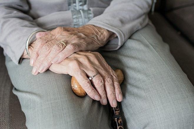 Yaşlanmaya uyum sağlayın Yaşlılık dönemleri; boyda kısalma, işitme sorunları, görmede azalma, organların işleyişinde yavaşlama, ciltte değişiklikler, hareketlerde azalma ve kısıtlılıklar ve çeşitli sağlık sorunlarının çıktığı bir dönem olduğunu ifade eden Yrd.Doç.Dr. Üney şunları söyledi: