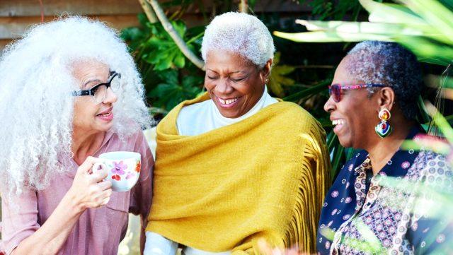 """İmmün yaşlanma, herkesi aynı şekilde etkilemiyor. Vücudun diğer kısımlarında olduğu gibi, bazı insanlar, ya kendilerine daha iyi baktıkları için ya da daha iyi bir genetik arka plana sahip oldukları için daha sağlıklı yaşlanıyor. Bağışıklık sistemimizin bazı kısımları yaşlılıkta daha da gelişebiliyor. Sharif, """"Bazı bağışıklık hücreleri yaşlandıkça dinçleşiyor. Eğer geniş çeşitlilikte patojene maruz kaldıysak, bunlar bağışıklık hafızamızda kalıyor ve yeni antijenlere yanıt vermemiz zor olmuyor"""" diyor. Ancak Sars-CoV-2, yani yeni koronavirüs daha önceden maruz kalmadığımız bir virüs ve buna yönelik bir bağışıklık hafızasına sahip değiliz. Özetle, yaşlı insanlar daha önceden maruz kaldıkları patojenlere karşı daha iyi bağışıklık yanıtı üretiyorlar ancak yeni hastalıklara yanıt vermek için ellerinde daha az silah var. Bu durum, özellikle türler arasında geçiş yapan daha çok patojenle temasa geçmesiyle belirleyici hale geldi. Bu aşılar için ne anlama geliyor?"""