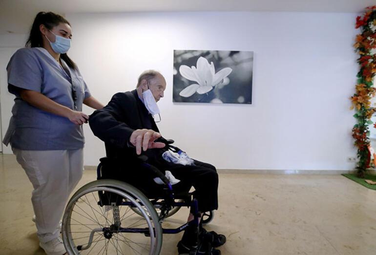 """Koronavirüs (Kovid-19) salgınında Belçika'daki yaşlı bakımevlerinde temel insan haklarının göz ardı edildiği, yaşlıların 'terk edildiği', gerekli sağlık hizmetini alamadıkları için bakımevlerindeki birçok Belçikalı yaşlının 'erken' öldüğü belirtildi. ULUSLARARASI Af Örgütü'nün salgın döneminde Belçika'daki yaşlı bakımevleri hakkında hazırladığı raporda, bakımevlerinin krizlere hazırlıksız olduğu belirtildi. Mart-ekim ayları arasında bakımevlerindeki kişiler, çalışanlar, yöneticilerle yapılan görüşmelerle hazırlanan raporda, ülkede bu dönemde hayatını kaybedenlerin yüzde 61'ini bu tür bakımevlerinde kalanların oluşturduğu belirtildi. 11.4 milyon nüfuslu Belçika'da salgının başından bu yana 535 bin vaka ile 14 binden fazla ölüm kaydedildi. Bakımevlerinde bu kadar fazla kişinin ölmesinin nedeni olarak enfekte kişilerin tedavi için hastanelere götürülmemesi gösterildi. Rapora göre, yetkili makamlar bakımevlerinde kalan yaşlıları korumak için tedbir almakta gecikti. Uluslararası Af Örgütü Belçika Direktörü Philippe Hensmans, """"Araştırmamızın sonucu bize gösteriyor ki, bakımevleri ve buraların sakinleri, kamuoyundan kınama gelene kadar yetkililer tarafından terk edilmişti. O zaman da salgının en kötü geçen ilk aşaması bitmişti"""" dedi."""