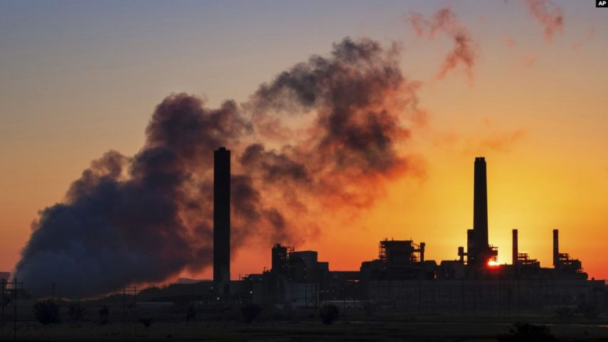 """Her kesimin sağlığını tehdit ediyor Dünya Sağlık Örgütü, Dünya Bankası, University College London, Tsinghua University gibi 35 farklı kurumdan 120 uzmanın 40'ı aşkın göstergeyi analiz ettiği rapor bugüne kadar tespit edilen en endişe verici tabloyu ortaya koyuyor. Rapora göre iklim değişikliği toplumun her kesiminin sağlığını tehdit ediyor, özellikle de 65 yaş üstü büyük bir risk altında. Rapora göre, 2000-2018 arasındaki 18 yılda aşırı sıcaklara bağlı yaşamını kaybeden yaşlı nüfusu yüzde 54 arttı. 2018 yılında tüm dünyada 65 yaş üstü 296 bin kişi aşırı sıcaklar nedeniyle hayatını kaybetti. Türkiye sıcak hava dalgasına bağlı 65 yaş üstü ölümlerin en fazla görüldüğü 2.bölge kategorisinde. Rusya, ABD ve Avrupa'nın bazı ülkeleri sıcak hava dalgasına bağlı en fazla yaşlı ölümünün görüldüğü bölgelerden. Lancet Countdown Sağlık ve İklim Değişikliği 2020 Raporu'na göre, acil önlem alınmadığı durumda, iklim değişikliği küresel sağlığı giderek daha fazla tehdit edecek, yaşamları ve geçim kaynaklarını etkileyecek ve sağlık sistemleri üzerinde baskı oluşturacak. Ekonomi durma noktasına gelebilir Lancet Countdown Genel Müdürü Dr. Ian Hamilton, """"Pandemi bizlere sağlığımız küresel ölçekte bir tehdide maruz kalırsa, ekonomilerimizin ve yaşam biçimlerimizin durma noktasına gelebileceğini gösterdi. İnsan sağlığına yönelik tehditler iklim değişikliği nedeniyle artıyor ve yoğunlaşıyor. Bu gidişatı değiştirmezsek, gelecekte sağlık sistemlerimizin üzerindeki baskı kaldırılamayacak seviyeye gelebilir"""" açıklamasını yapıyor."""